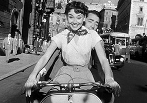 MODIFICATAAudrey_Hepburn_and_Gregory_Peck_on_Vespa_in_Roman_Holiday_trailer